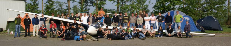 Groep mensen voor zweefvliegtuig